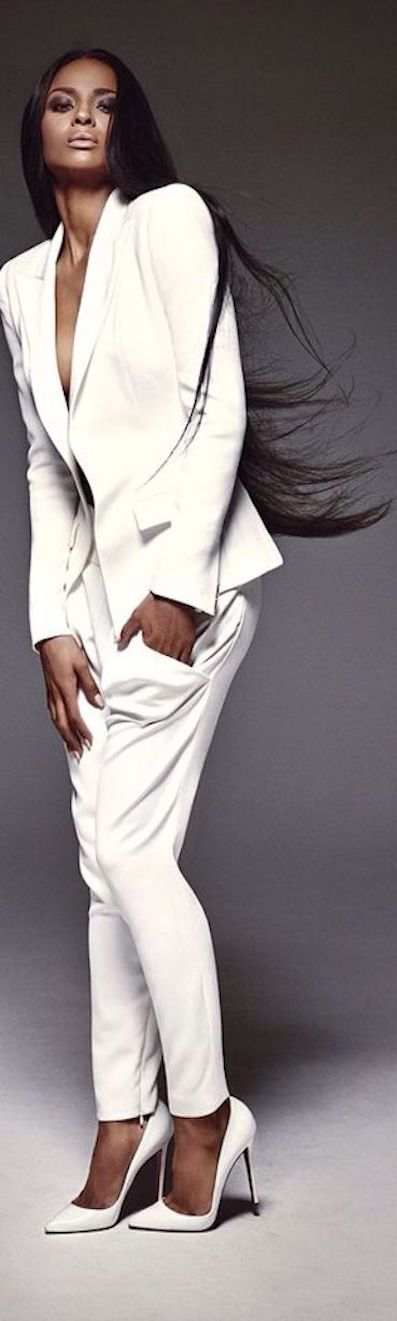 EL conjunto de chaqueta y pantalón blanco cdc614488c90