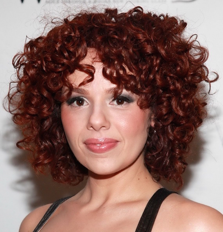 El pelo rizado atractivo y sexy Mujer Chic