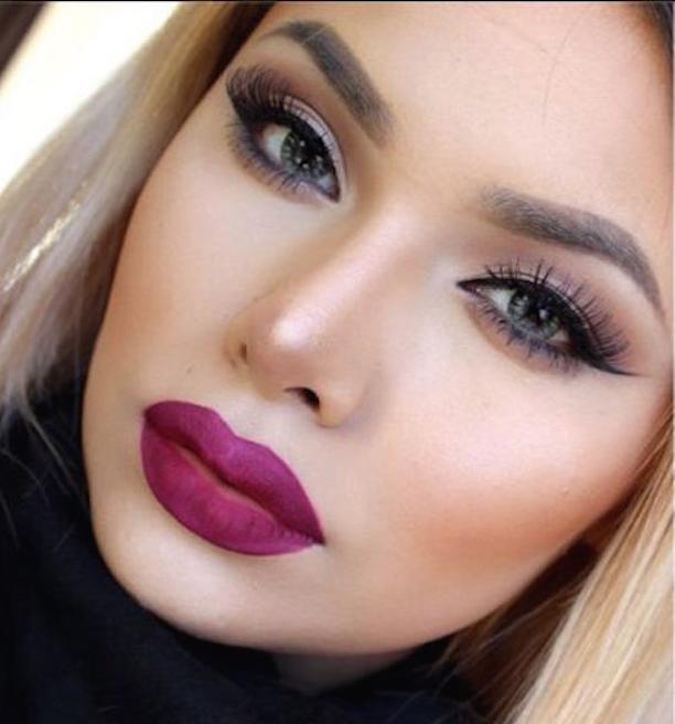 maquillaje con labios color purpura