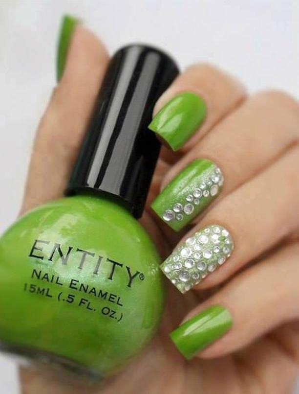 Diseño De Uñas Con Motivos Y Colores Verdes En Contraste Con Otros ...