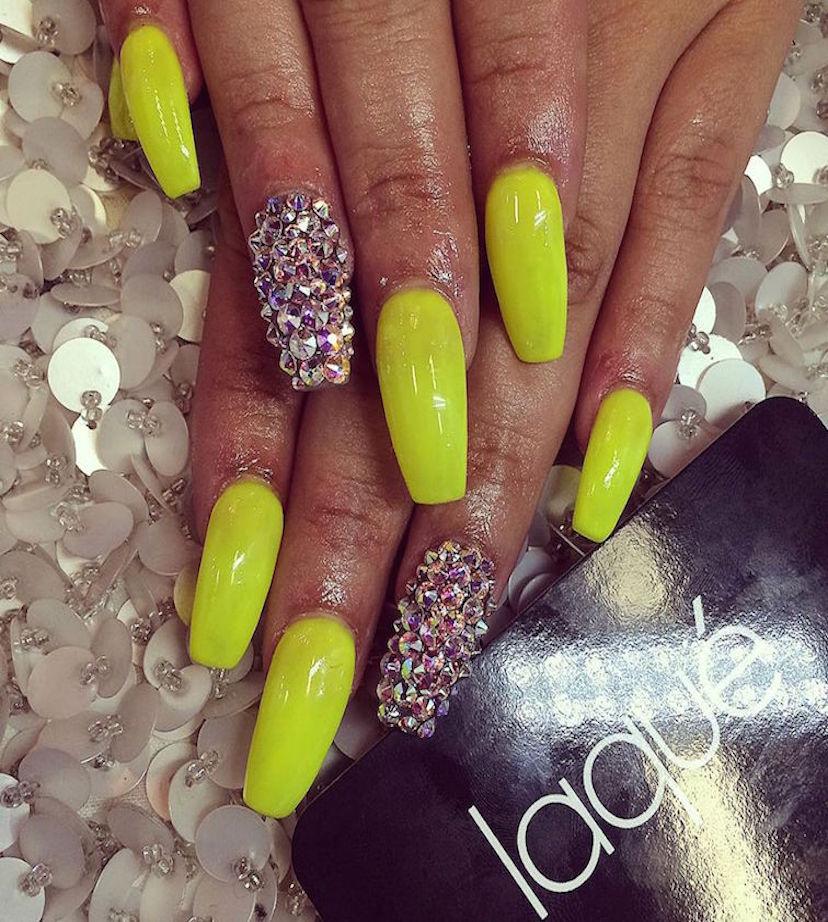 uñas pintadas con verde