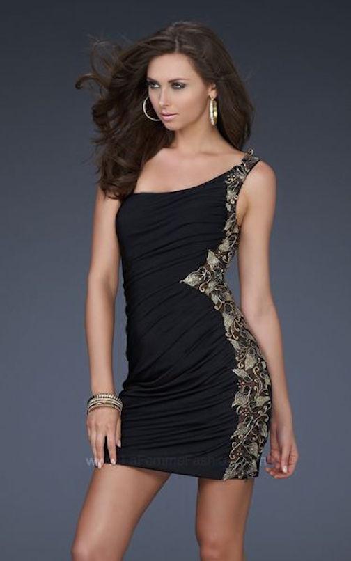 Los vestidos cortos son perfectos para una ceremonia de día, aunque también tiene cabida en las bodas de tarde. El nude y el negro son los colores que predominan y las lentejuelas, pedrería y paillettes se cuelan en muchos de los modelos, aunque algunos diseñadores no los recomiendan para el día.
