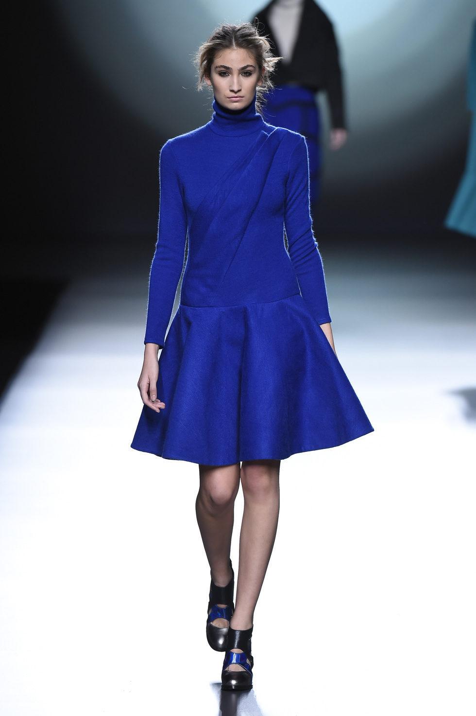 70821_vestido-azul-zafiro-coleccion-otono-invierno-2015-2016-amaya-arzuaga-madrid-fashion-week