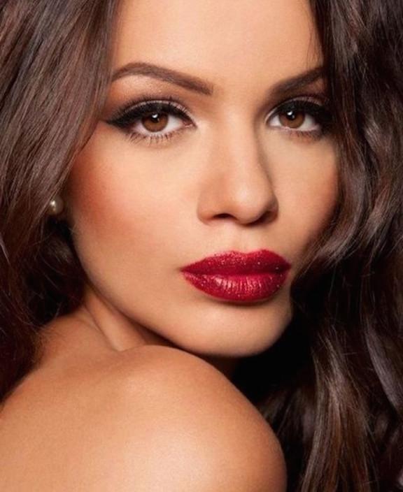 maquillaje-de-noche-para-ojos-marrones-potenciando-el-eyeliner-liquido-y-los-labios-rojos-1