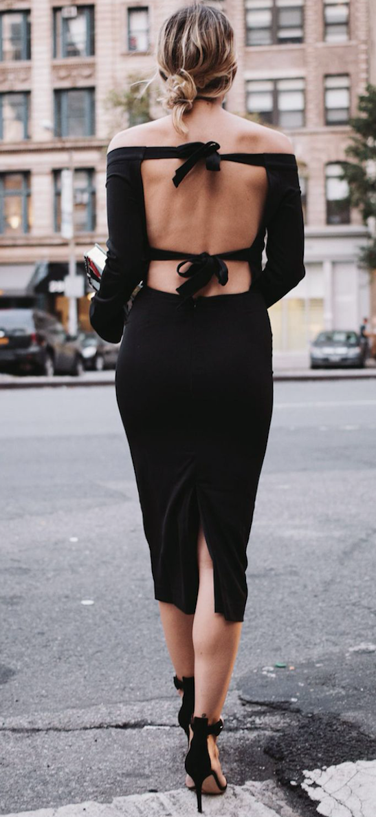 vestido negro descotado