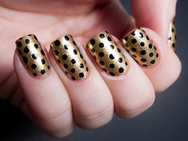 uñas-doradas-con-puntos-negros