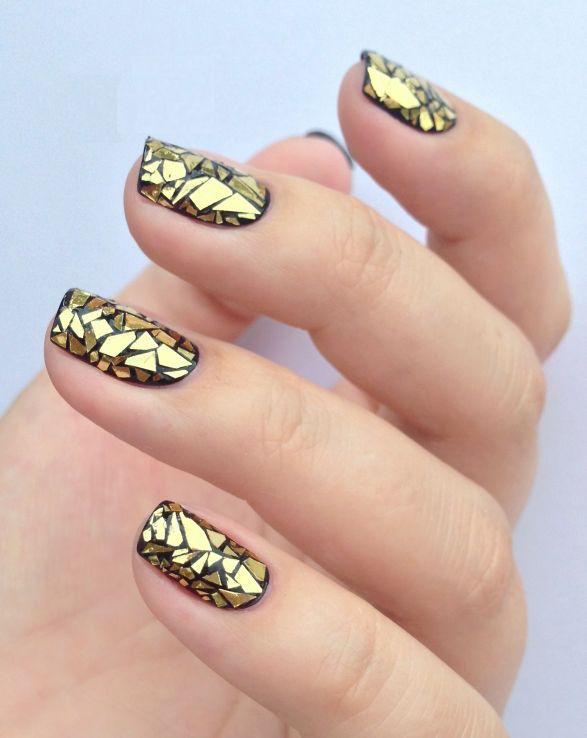 uñas-negras-y-doradas-con-accesorios